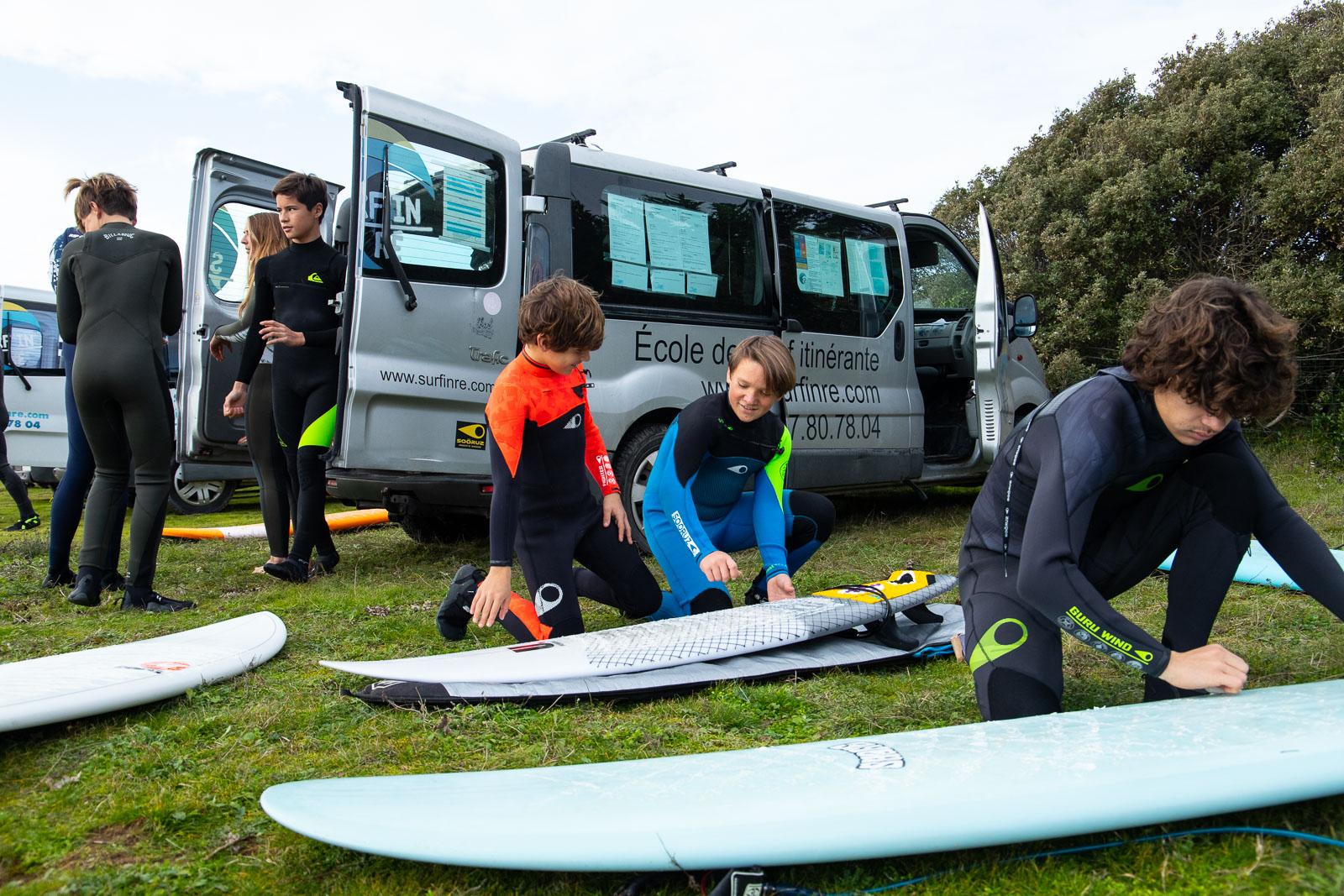 préparation des planche de surf avec l'ecole de surf Surf'in Ré