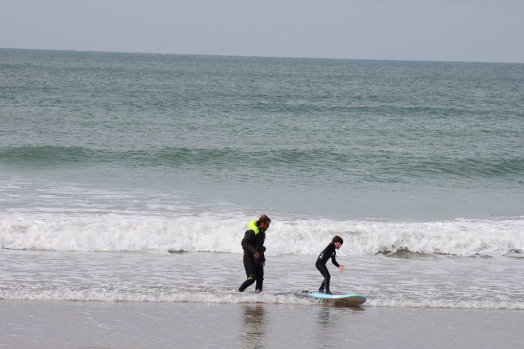cours de surf pour les petits enfants